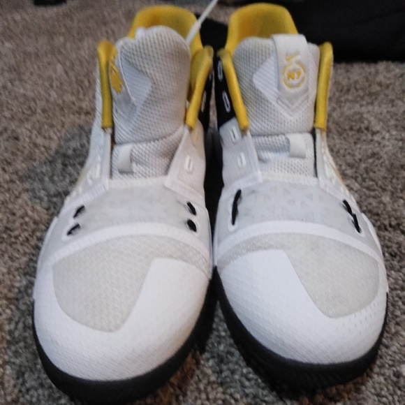 099dee0ac1d3 Kids Kyrie Irving N7 Basketball Shoes. M 5c45497b9fe486a49b305c7c